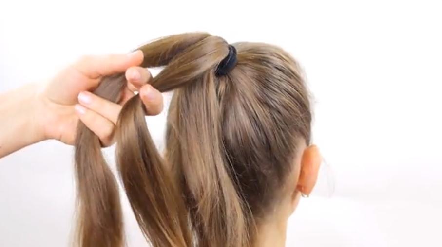 Bước 2: Chia tóc của bạn ra làm 3 phần bằng nhau để chuẩn bị tết tóc thành bím tóc