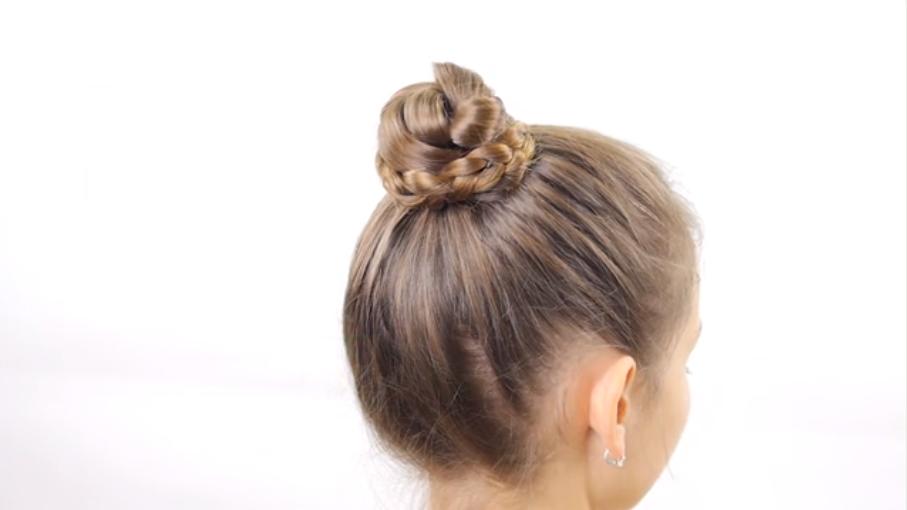 Cuối cùng, bạn thêm bất kỳ phụ kiện nào mà bạn yêu thích vào búi tóc của mình đều được.