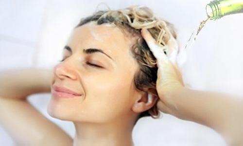 Dùng bia massage tóc trong một phúc để chúng tắm vào tóc và da đầu của bạn.