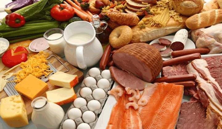Những thực phẩm có nhiều Protein tốt cho tóc bao gồm: Trứng, sữa và các chế phẩm từ sữa, súp lơ xanh, quả chà là, chuối, ngô ngọt, quả bơ, rau bina Và nhiều loại thực phẩm khác.