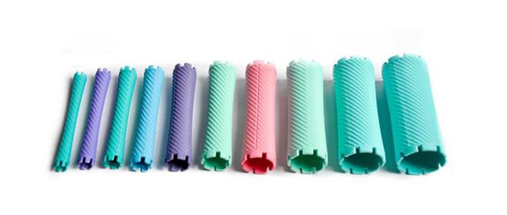 Hình ảnh thực tế của ống nhựa  loại được dùng trong uốn lạnh giúp định hình và giữ nếp tạm thời trước khi phủ thuốc nhuộm vào tóc.