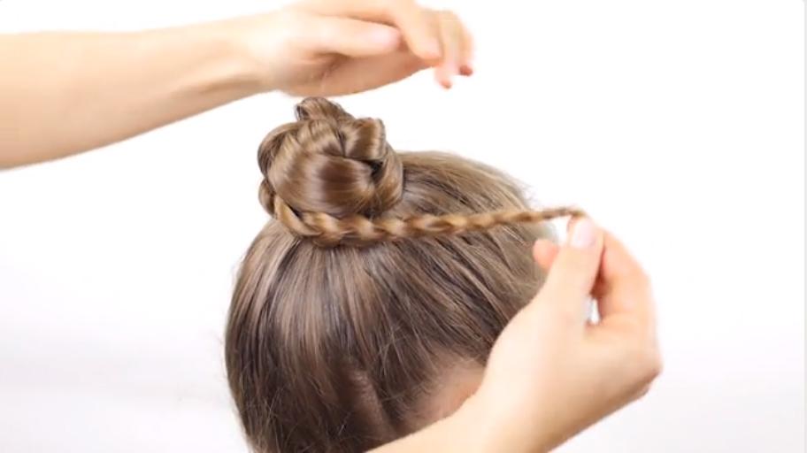 Quấn bím tóc thành búi tóc rồi đính tóc bằng ghim tóc để cố định búi.