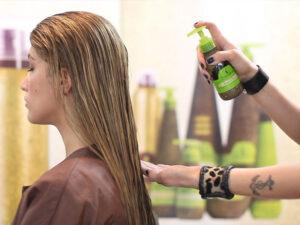 Xả lại tóc rồi sử dụng ngay tinh dầu dưỡng tóc để bổ sung lại chất dinh dưỡng bị mất của tóc bạn.
