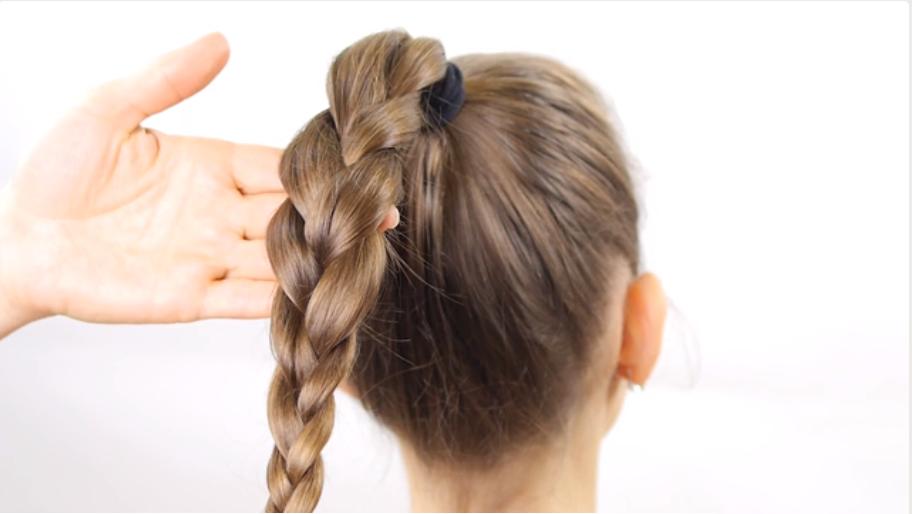 Bước 3: Sử dụng 3 phần tóc đã được chia để tết tóc tạo thành bím tóc hoàn chỉnh