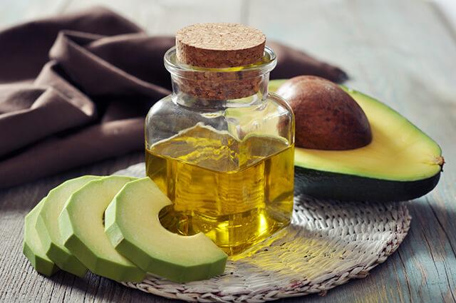 Trái bơ kết hợp với dầu Olive sẽ tạo ra hỗn hợp chất dưỡng rất tốt cho mái tóc của bạn.