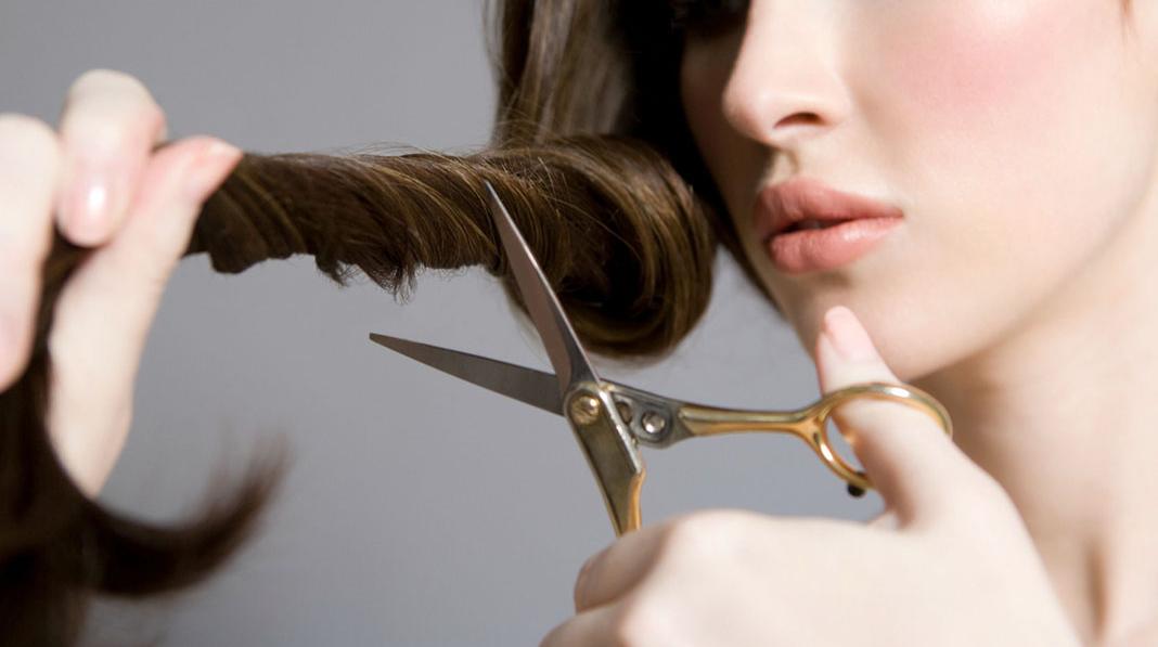 Cắt tỉa tóc 3 tháng một lần để loại bỏ các phần tóc xấu! Điều này sẽ giúp tóc bạn phát triển tốt, khỏe đẹp hơn