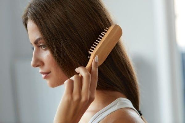 Chải tóc vào buổi sáng & trước khi ngủ sẽ giúp tóc bạn ít bị rối tốc.