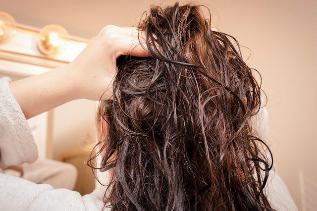 Để tóc còn ẩm ướt khhi đi ngủ sẽ khiến tóc bạn bị tết dính vào nhau gây hư hỏng, khiến tóc gãy rụng.