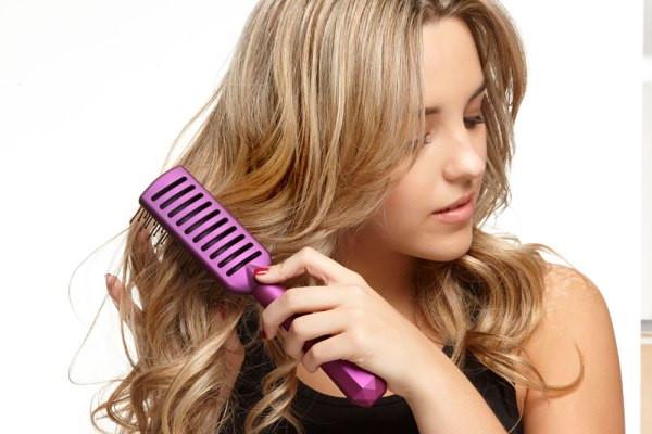 Dùng lược chải tóc gở rối đúng cách sẽ giúp bạn chống tóc rối hiệu quả
