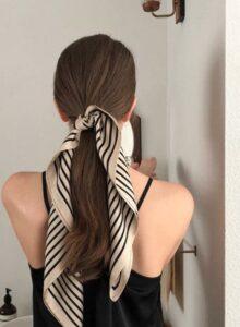 Nếu các bạn muốn cột tóc duỗi thì hãy đợi 4 - 7 ngày sau khi duỗi. Hãy dùng một dải lụa để cột tóc để tránh làm gãy tóc của bạn.