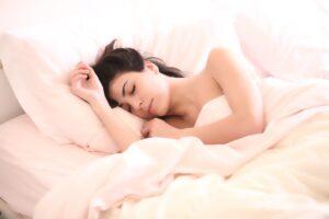 Ngủ trên gối có vỏ lụa là cách để bảo vệ tóc duỗi của bạn tránh tóc bị ma sát tết dính vào nhau làm rối và thắc nút tóc.